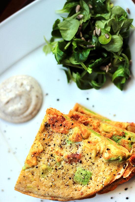 Omlet jaglany z suszonymi pomidorami i awokado