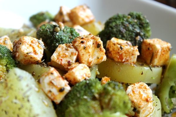 Zapiekane ziemniaki i brokuły z pikantną fetą