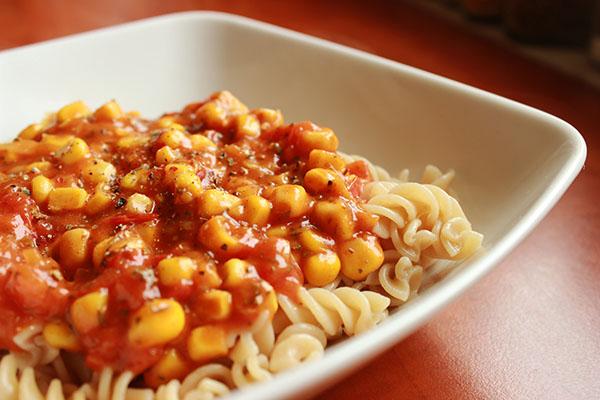 Makaron z sosem pomidorowym z kukurydzą