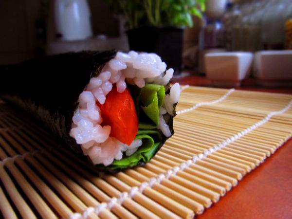 Sushi z pomidorem