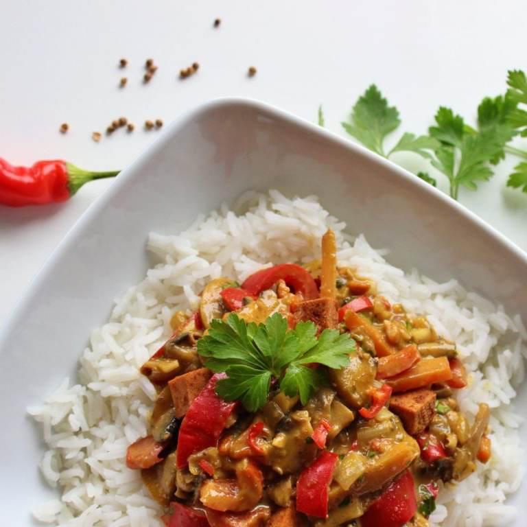 Warzywa z tofu w sosie orzechowym satay