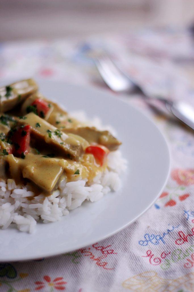Seitan w sosie beszamelowym z curry