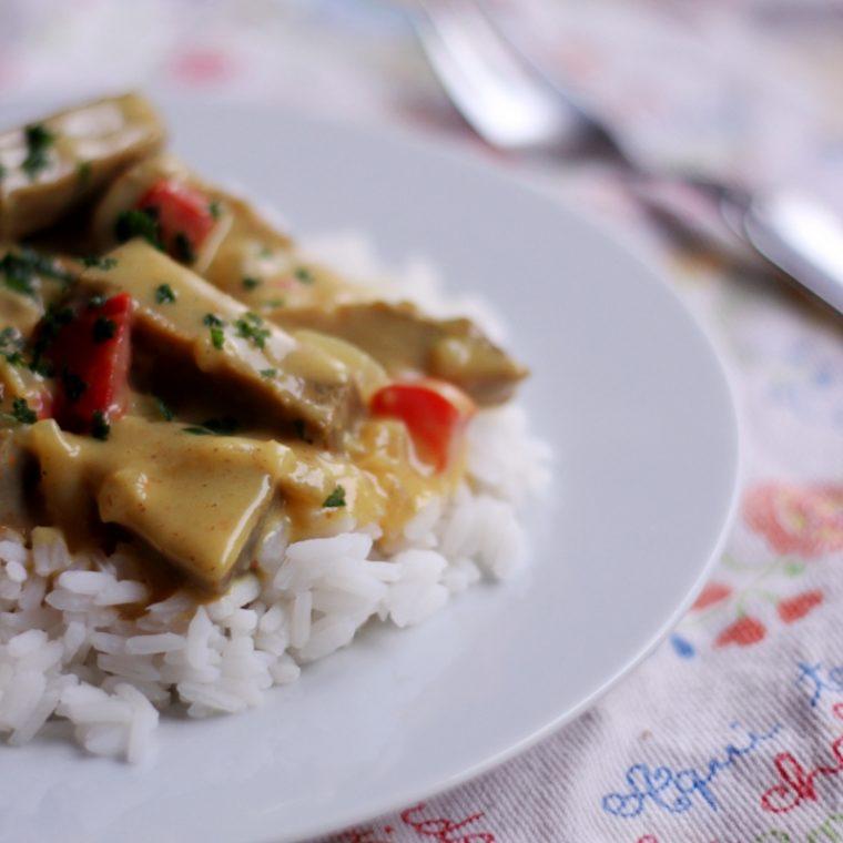 Seitan w sosie beszamelowym curry