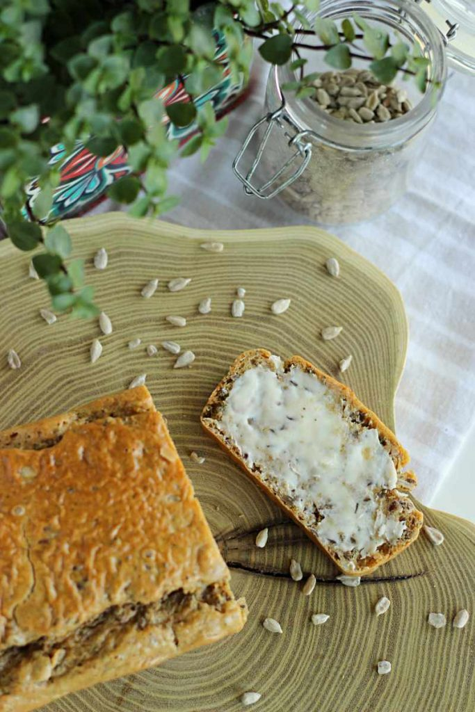 chleb na maśle orzechowym z masłem