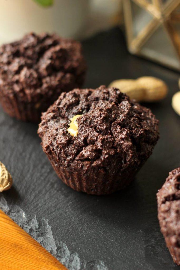 Keto muffinki czekoladowe z masłem orzechowym